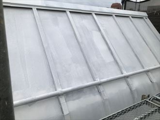 下塗りを終えたトタン屋根