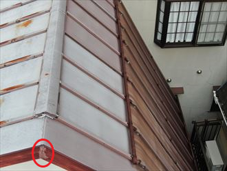 屋根の劣化と破風板頂点の割れ