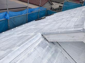 下塗りが完了したスレート屋根