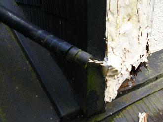 塗膜の剥がれの下のアンテナケーブル