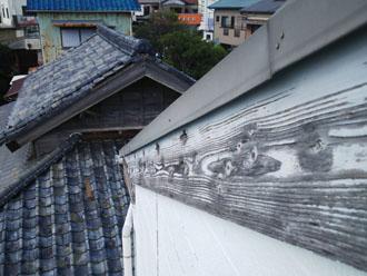 水墨画を思わせる破風板