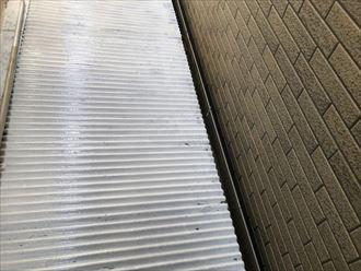 トタン波板に錆止めで下塗り