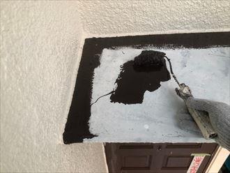鉄製庇屋根に主剤を塗布して行きます