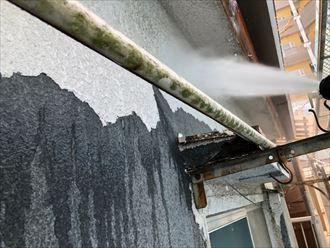 高圧洗浄作業で外壁を洗います