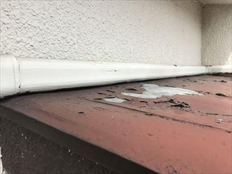 剥離した鉄製庇屋根