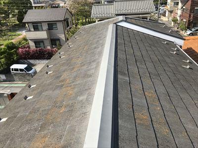 塗装前の屋根スレートのコケや汚れ