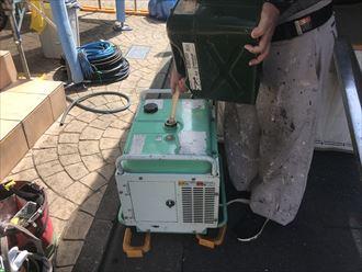 高圧洗浄作業前に発電機に燃料補給