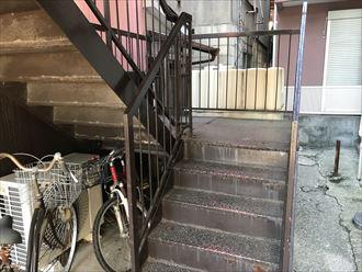 鉄階段の入り口