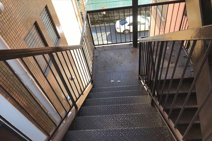 アパートの鉄製階段