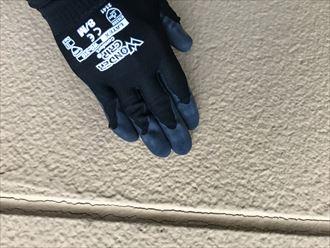 外壁を触りチョーキング調査