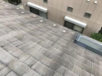 色褪せが目立つスレート屋根