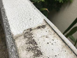擁壁の上部には剥離が発生