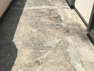 ベランダ表面のひび割れと補修跡