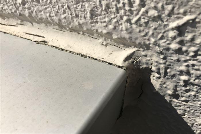 笠木と外壁の継ぎ目シーリングの割れ