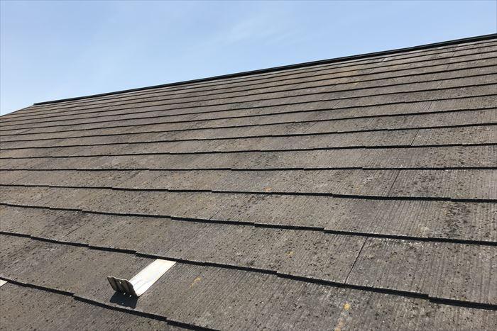 築20年のスレート屋根。表面塗膜が劣化しています