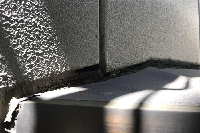 シーリングと外壁に深い亀裂