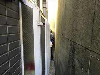 住宅の裏は狭所になっています