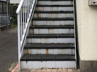 階段の立ち上がり部分に錆が発生
