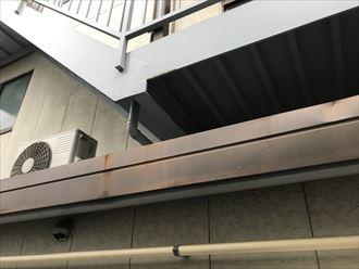 鉄製階段の裏場