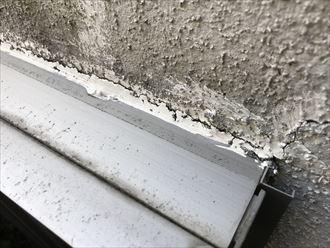 外壁との取り合いに割れが発生