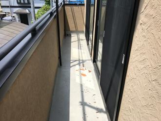 防水層が剥がれているベランダの床面