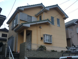 外壁塗装と屋根葺き替え工事を検討している2階建ての邸宅