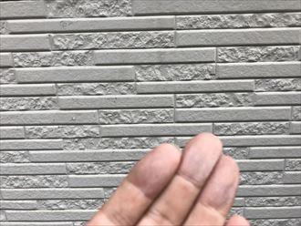 壁を触ると白い粉が付きます