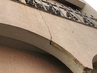 足立区東和で雨漏りを引き起こしている外壁にはクラックや塗膜のめくれが見受けられました