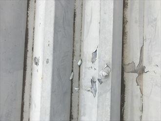 塗膜剥離をしている折板屋根