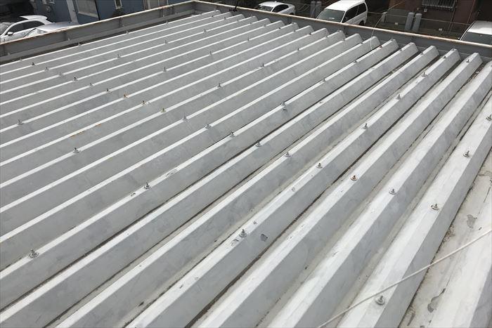 折板屋根の表面塗膜状況