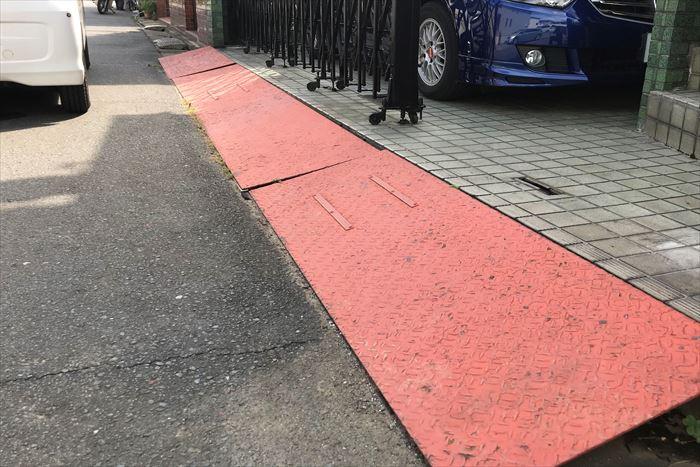 入口の鉄製スロープ