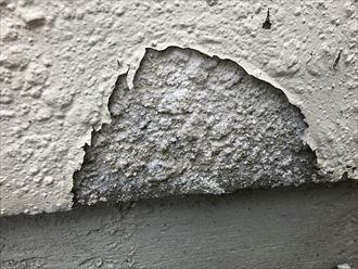 大きく剥離したモルタル壁