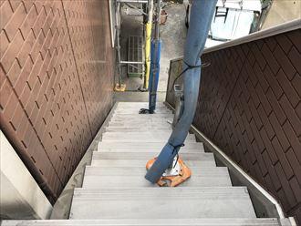 洗浄で汚れの落ちた階段