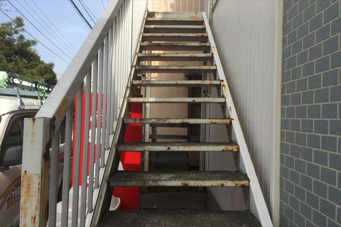 アパート側面部の鉄製階段