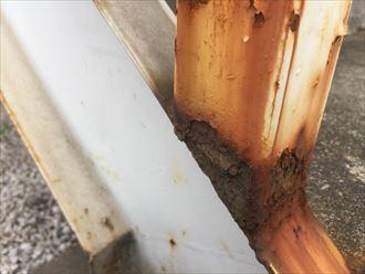 鉄階段付け根部分の錆びによる腐食