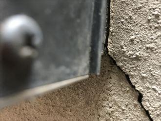 外壁のひび割れで段ズレしています