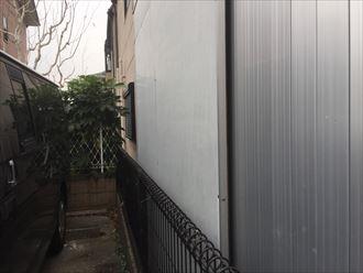 建物と塀の間が狭い場合、工事を行う時は隣家の協力が必要です