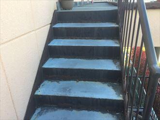 階段のウレタン防水も経年劣化症状