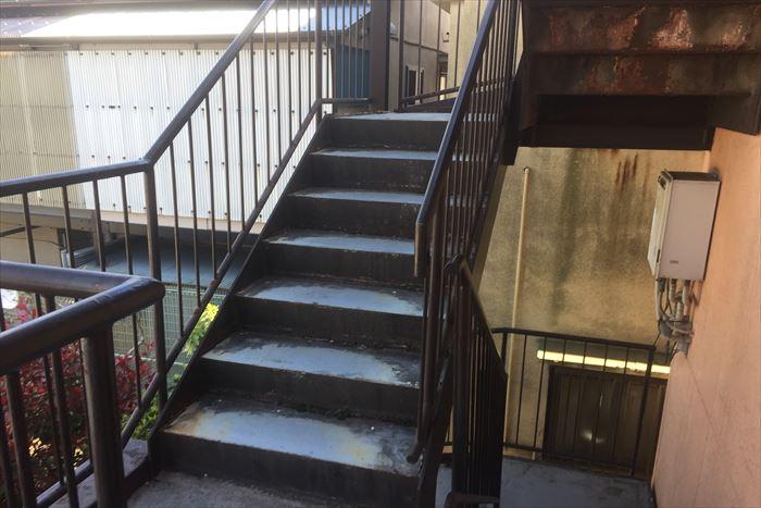 鉄階段に錆び。手摺り階段下は塗装が必要です