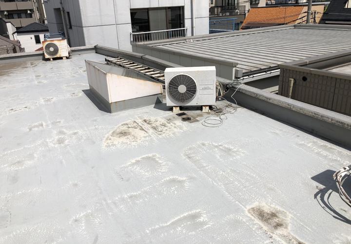 屋上の防水層が色褪せ始めています