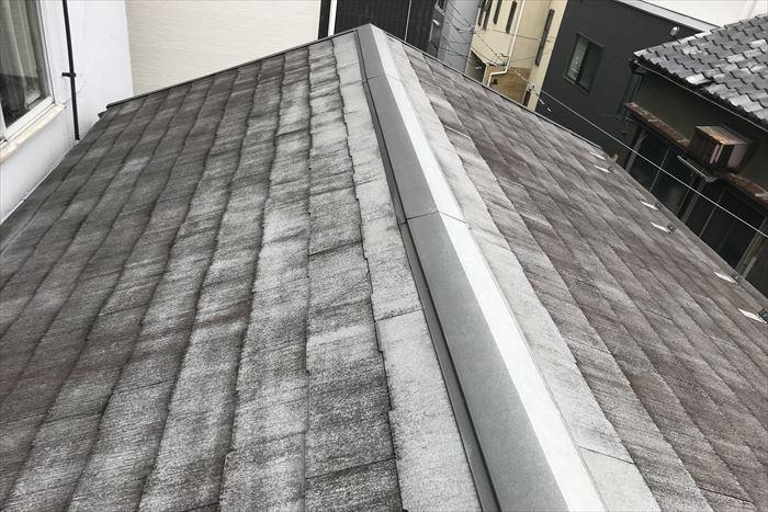 台東区小島でスレート屋根の点検調査、表面剥離の発生が見られます