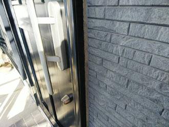 玄関扉のシーリングも経年劣化しています