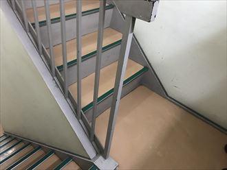 屋内階段部の塗膜剥がれ