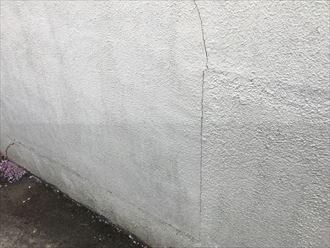 塀にひび割れが発生