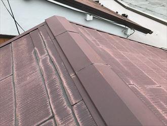 屋根と屋根の縁の部分に水染みが見られます