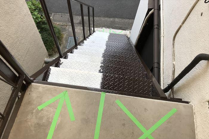鉄階段を半分ずつ施工し、通行可能な区域を明確にしました