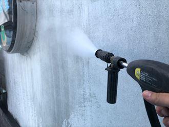 高圧洗浄で汚れを落とします