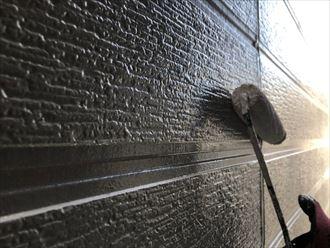 上塗りで外壁の仕上げ