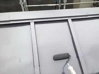 中塗り、上塗りで屋根塗装仕上げ