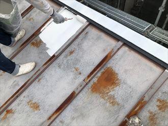 屋根の下塗り作業